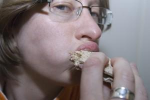 Jag äter macka innan bion.